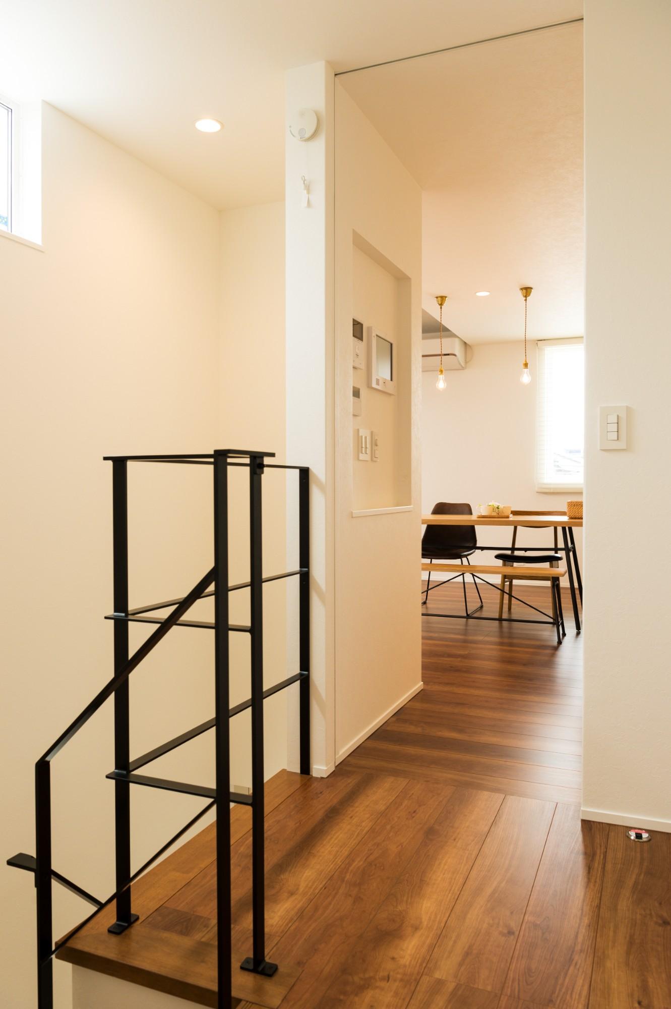 フクダハウジング株式会社「「白×木×緑」で彩ったシンプルな家」のシンプル・ナチュラルな廊下の実例写真