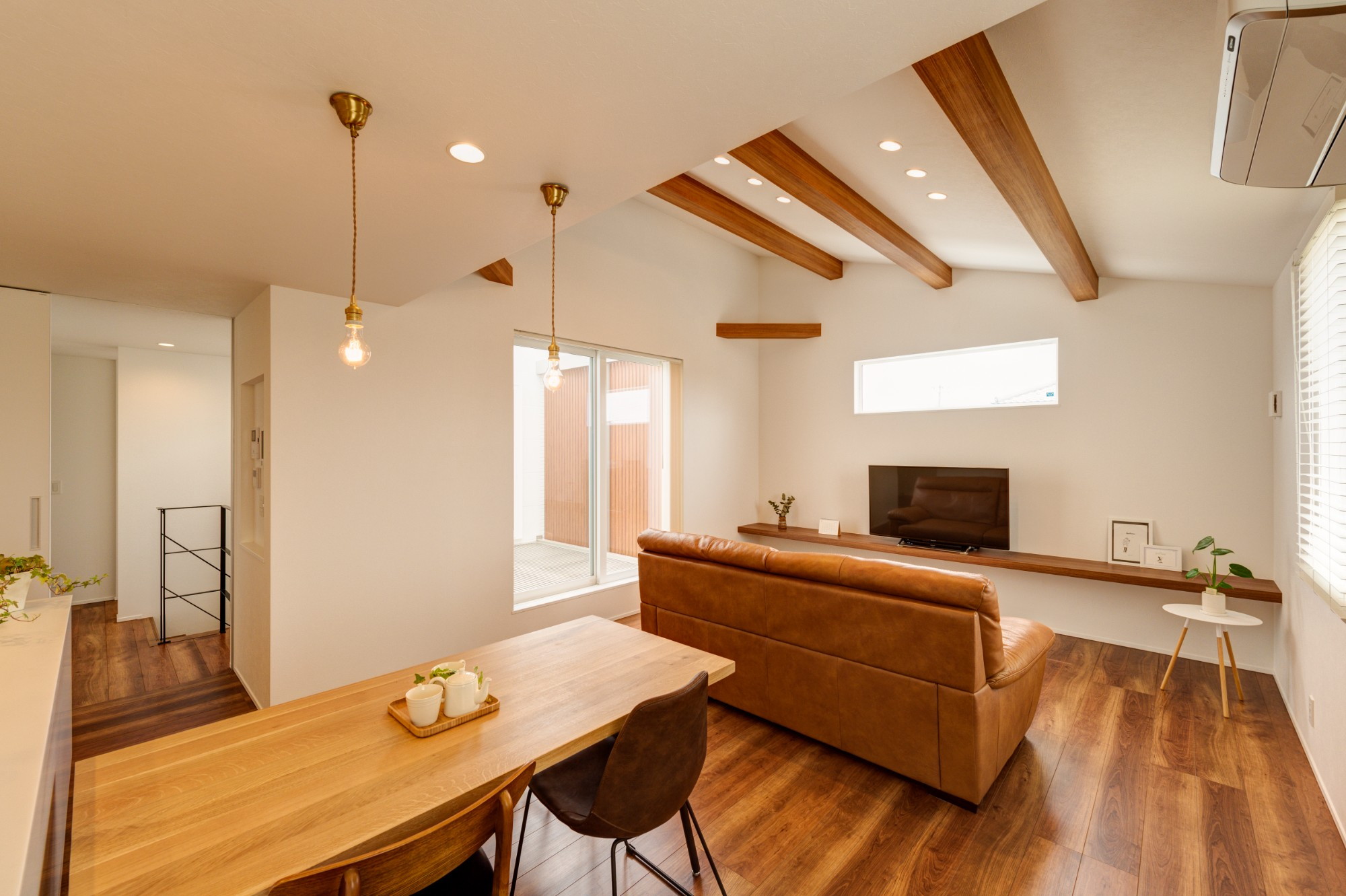 フクダハウジング株式会社「「白×木×緑」で彩ったシンプルな家」のシンプル・ナチュラルなリビング・ダイニングの実例写真