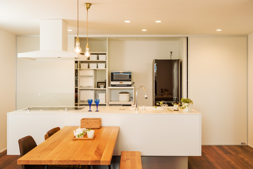 フクダハウジング株式会社「「白×木×緑」で彩ったシンプルな家」のシンプル・ナチュラルなキッチンの実例写真