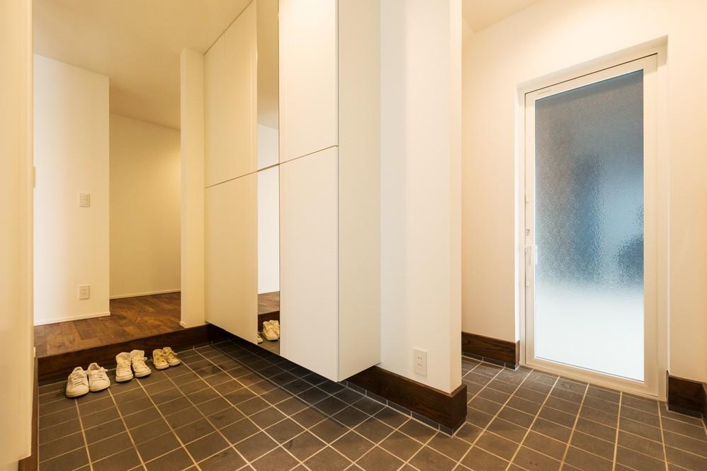フクダハウジング株式会社「木の質感を生かしたシンプルなデザインの家」のシンプル・ナチュラルな玄関の実例写真