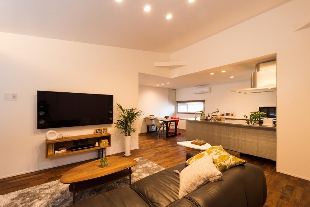 フクダハウジング株式会社「木の質感を生かしたシンプルなデザインの家」のモダンなリビング・ダイニングの実例写真