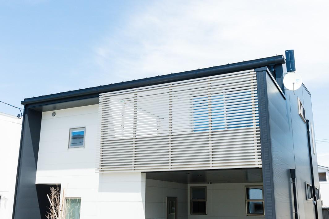 フクダハウジング株式会社「木の質感を生かしたシンプルなデザインの家」のモダンなベランダ・バルコニーの実例写真