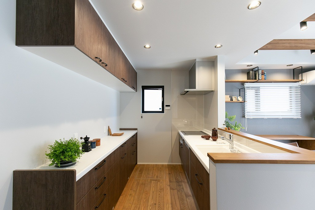 フクダハウジング株式会社「耐震性・デザイン性にこだわった長期優良住宅」のモダン・シンプル・ナチュラルなキッチンの実例写真