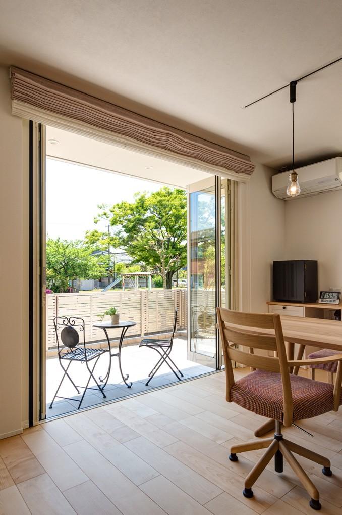 フクダハウジング株式会社「どこに居ても気持ちよくリラックスできる家」のシンプル・ナチュラルなベランダ・バルコニーの実例写真
