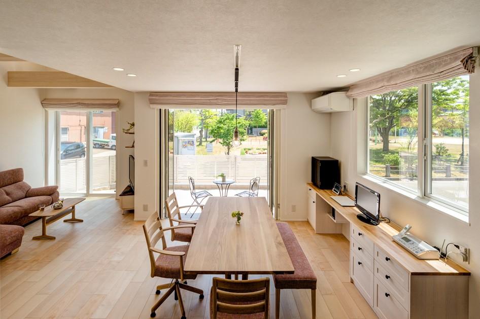 フクダハウジング株式会社「どこに居ても気持ちよくリラックスできる家」のシンプル・ナチュラルなリビング・ダイニングの実例写真