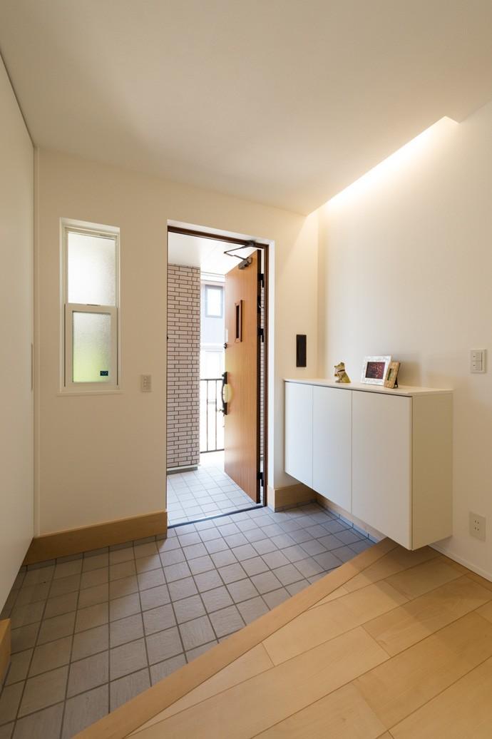 フクダハウジング株式会社「どこに居ても気持ちよくリラックスできる家」のシンプル・ナチュラルな玄関の実例写真
