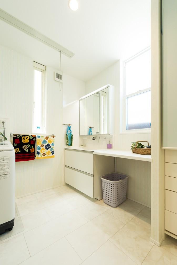 フクダハウジング株式会社「どこに居ても気持ちよくリラックスできる家」のシンプル・ナチュラルな洗面所・脱衣所の実例写真