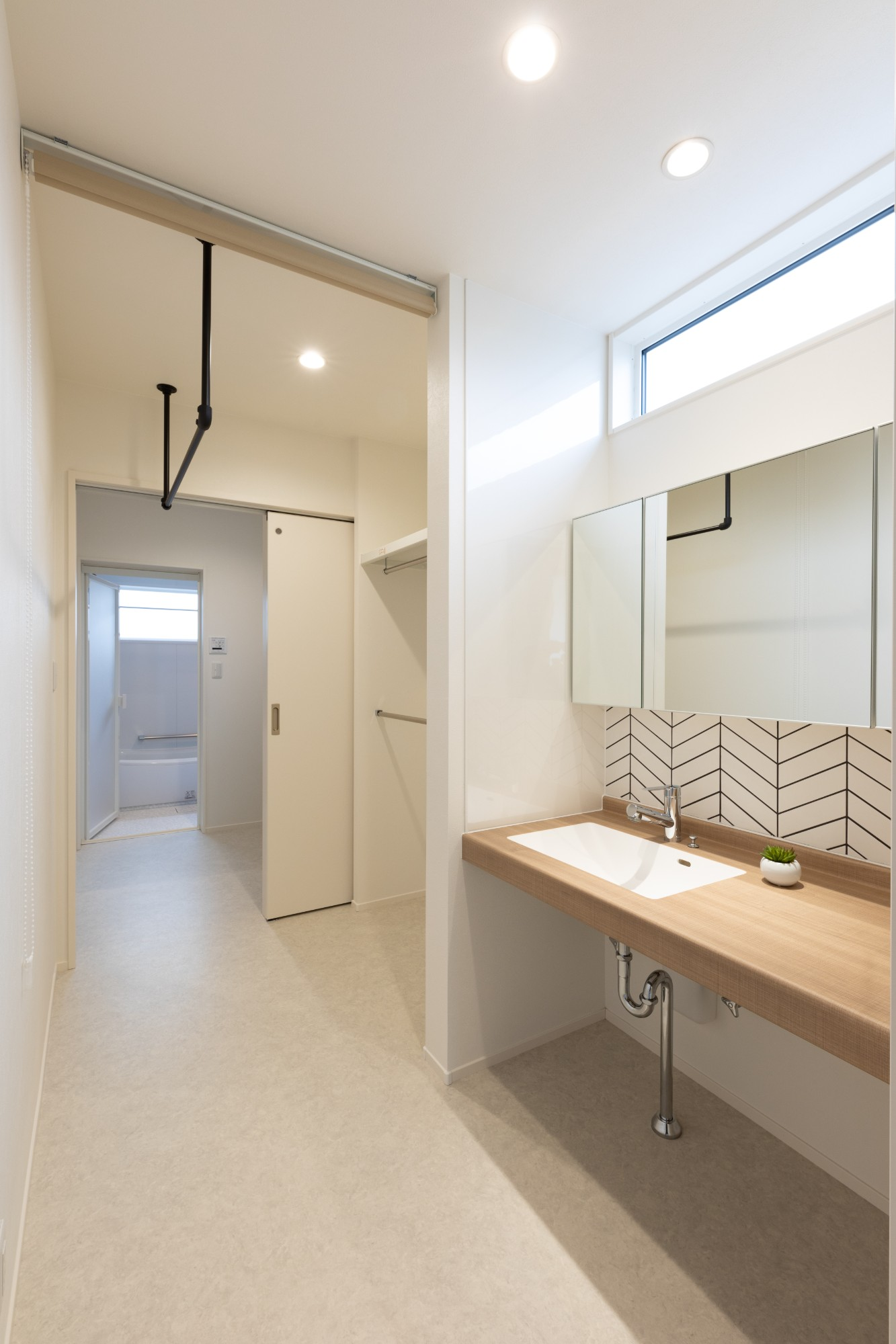 新潟材協 クオリティハウス「家事導線をデザインする」のモダンな洗面所・脱衣所の実例写真