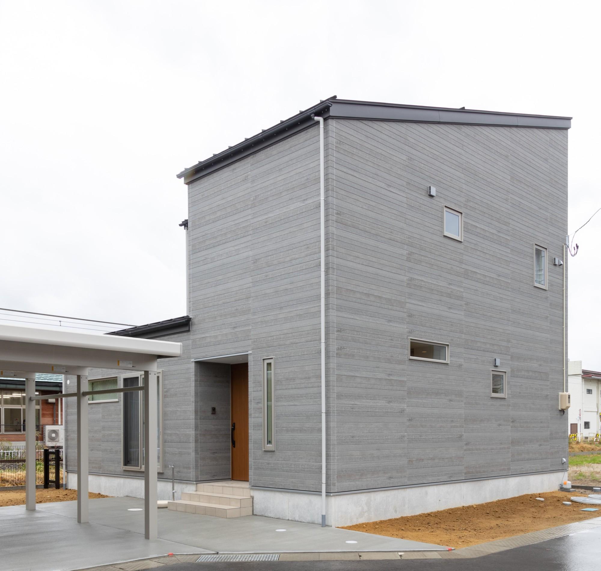 新潟材協 クオリティハウス「家事導線をデザインする」のモダンな外観の実例写真