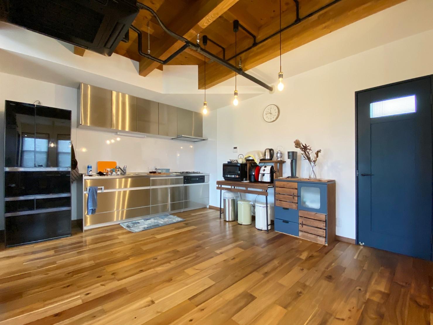 新潟材協 クオリティハウス「ウチとソトがつながる木の家」のインダストリアル・ブルックリンスタイル・モダンなキッチンの実例写真