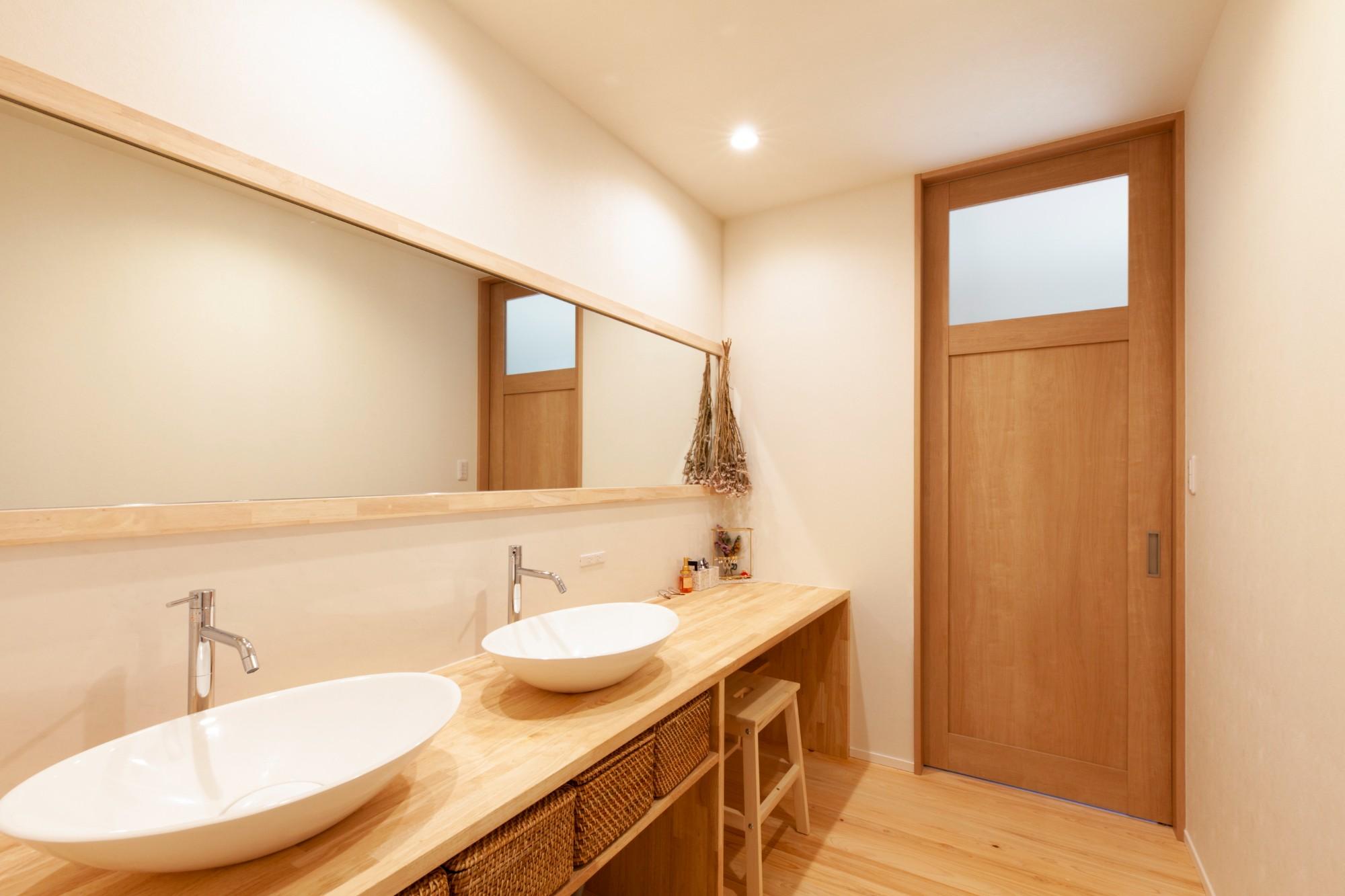 新潟材協 クオリティハウス「自然素材に彩られた、家族と繋がる住まい」のシンプル・ナチュラルな洗面所・脱衣所の実例写真