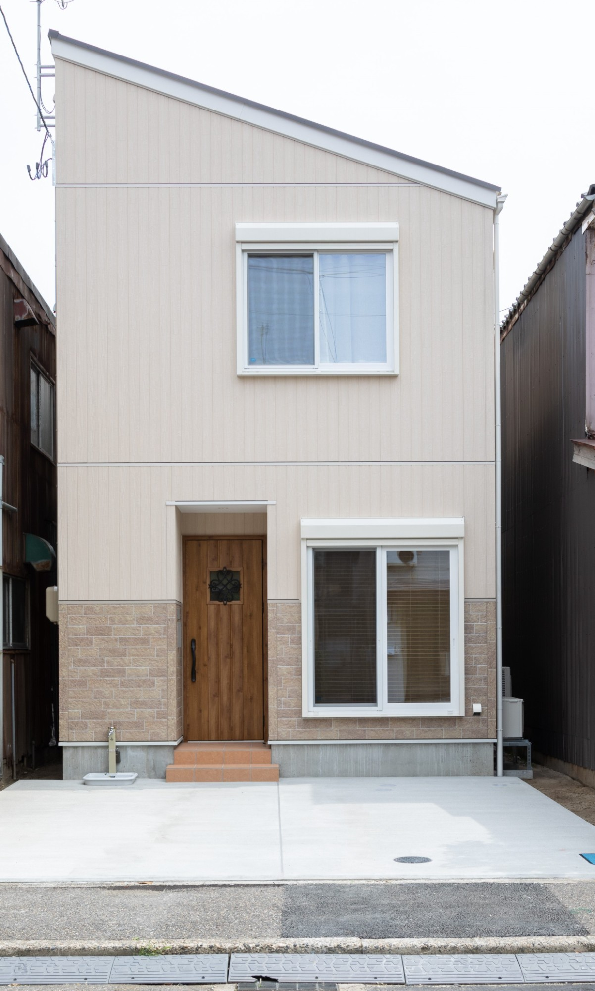 新潟材協 クオリティハウス「小さな土地で叶えた、コダワリとゆとりのある暮らし」のシンプル・ナチュラルな外観の実例写真