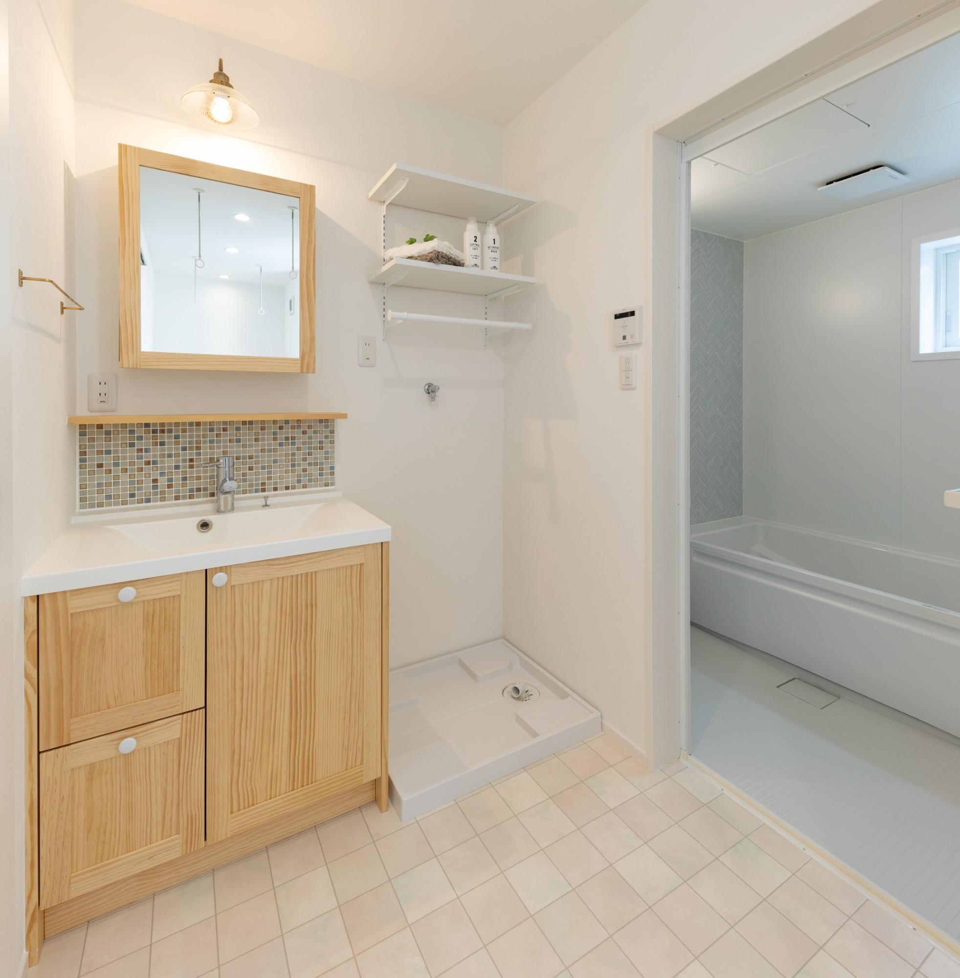 新潟材協 クオリティハウス「小さな土地で叶えた、コダワリとゆとりのある暮らし」のシンプル・ナチュラルな洗面所・脱衣所の実例写真