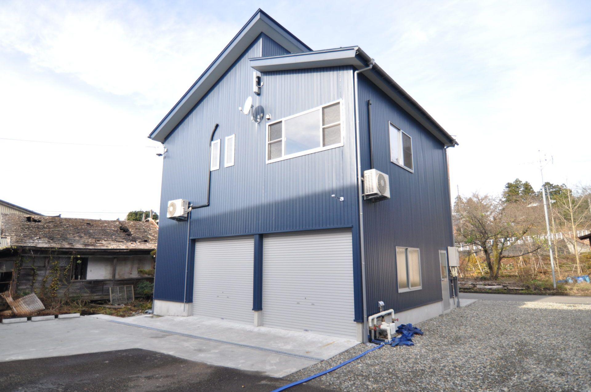 「車庫と趣味の家」のシンプル・ナチュラルな外観の実例写真