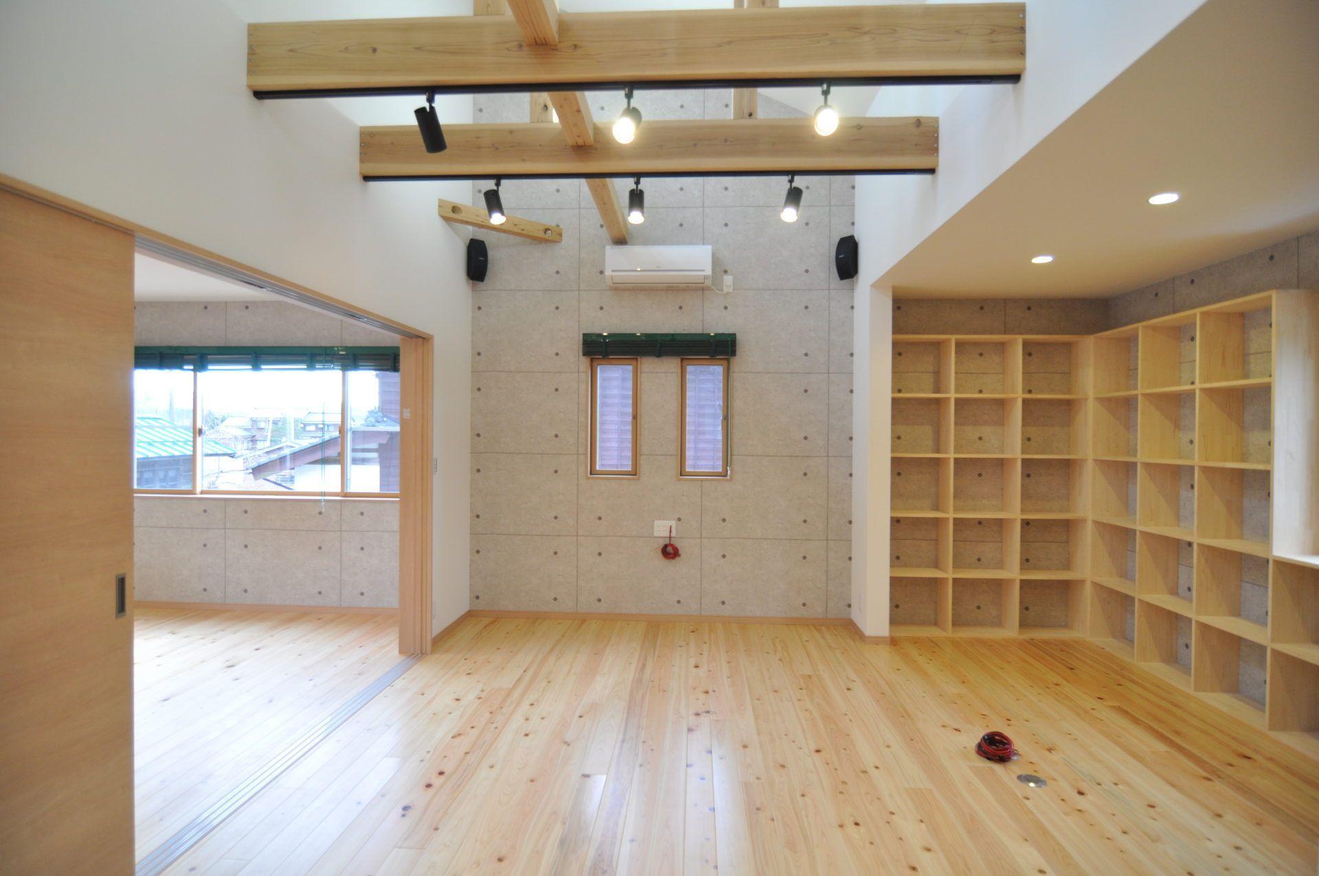 「車庫と趣味の家」のシンプル・ナチュラルなリビング・ダイニングの実例写真
