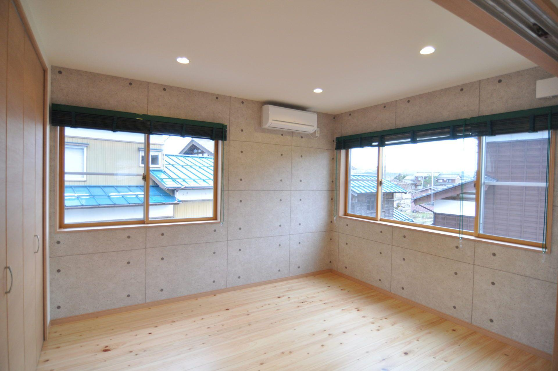 有限会社 市川建築店 1級建築士事務所「車庫と趣味の家」のシンプル・ナチュラルな居室の実例写真