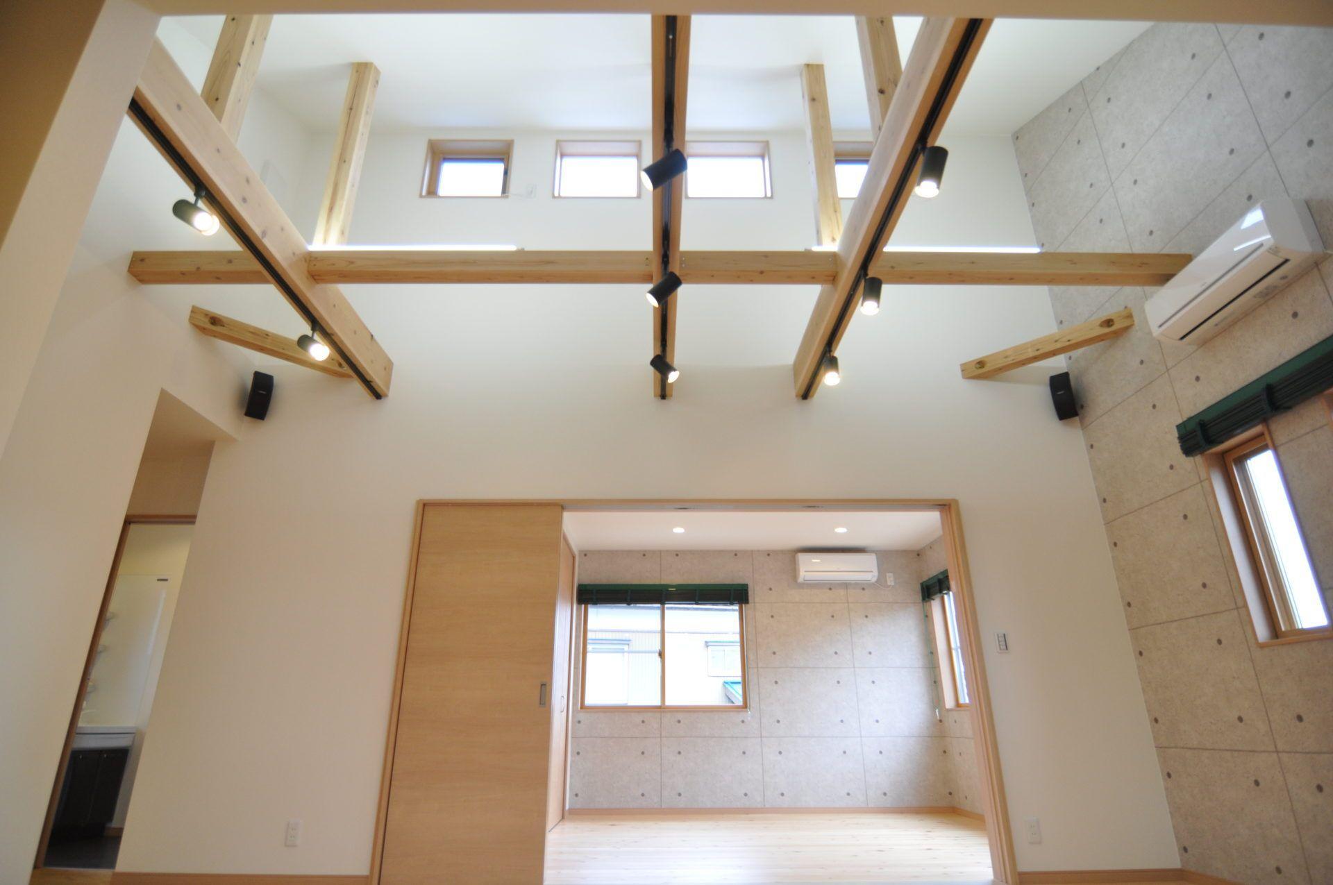 有限会社 市川建築店 1級建築士事務所「車庫と趣味の家」のシンプル・ナチュラルなリビング・ダイニングの実例写真