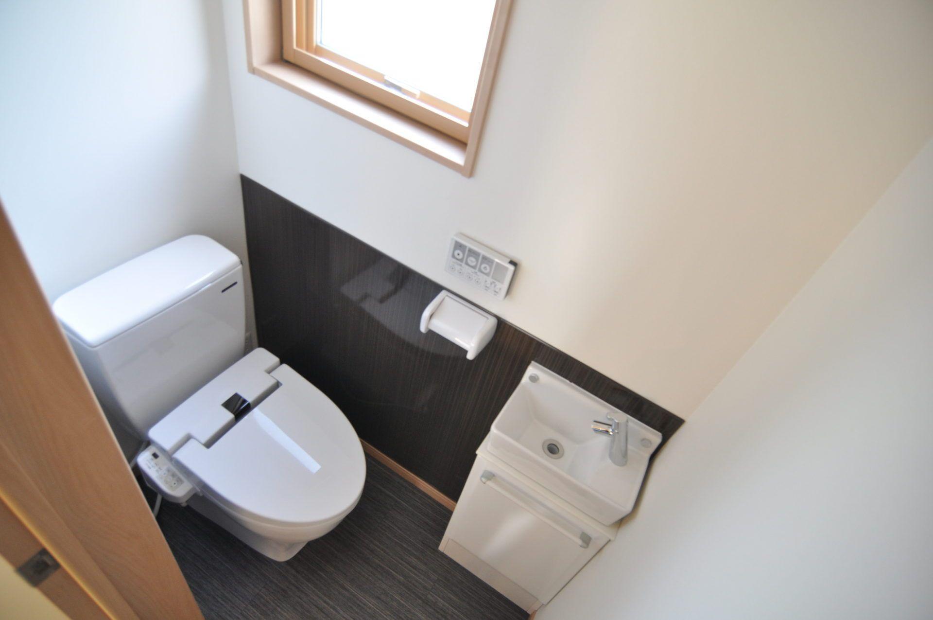 「車庫と趣味の家」のシンプル・ナチュラル・モダンなトイレの実例写真