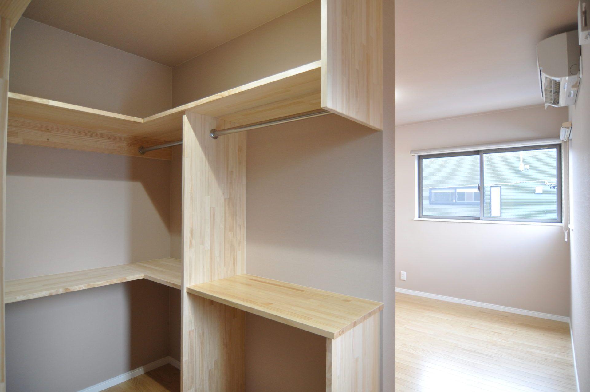 有限会社 市川建築店 1級建築士事務所「三条市 K様邸」のシンプル・ナチュラルな廊下の実例写真