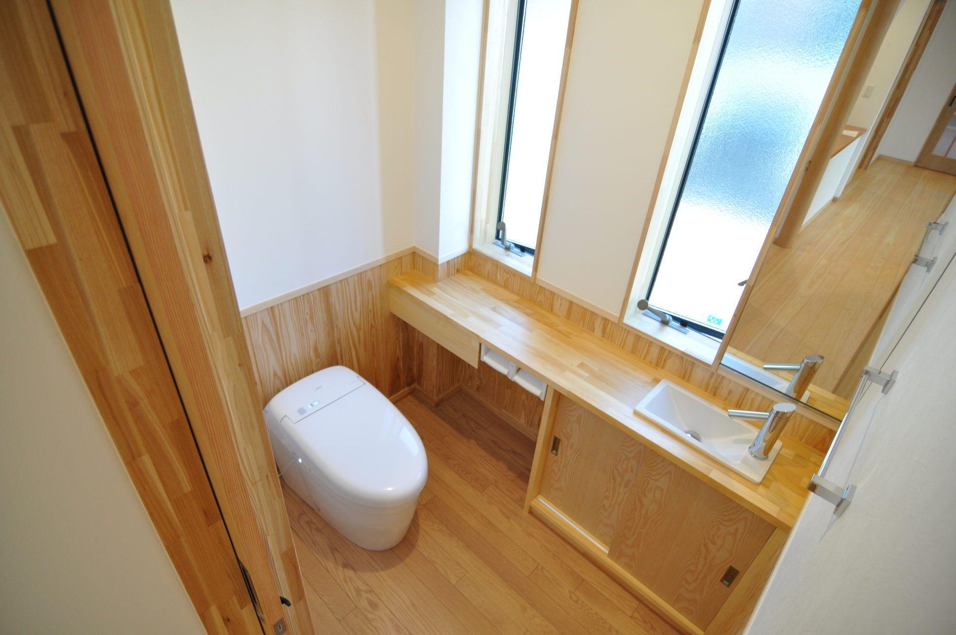有限会社 市川建築店 1級建築士事務所「三条市 T様邸」のシンプル・ナチュラルなトイレの実例写真