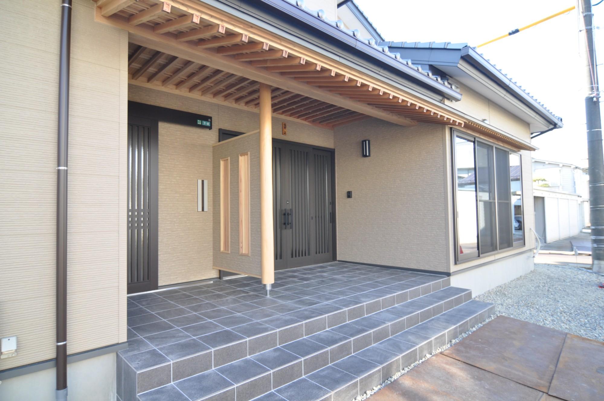 有限会社 市川建築店 1級建築士事務所「三条市 T様邸」の和風・和モダンな玄関の実例写真