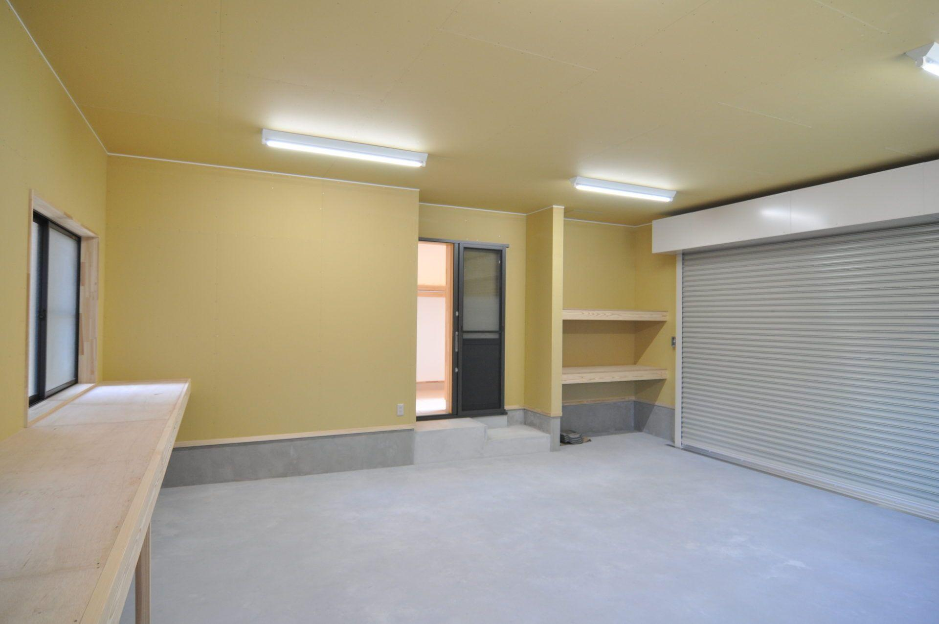 有限会社 市川建築店 1級建築士事務所「三条市 T様邸」のシンプル・ナチュラルなガレージの実例写真
