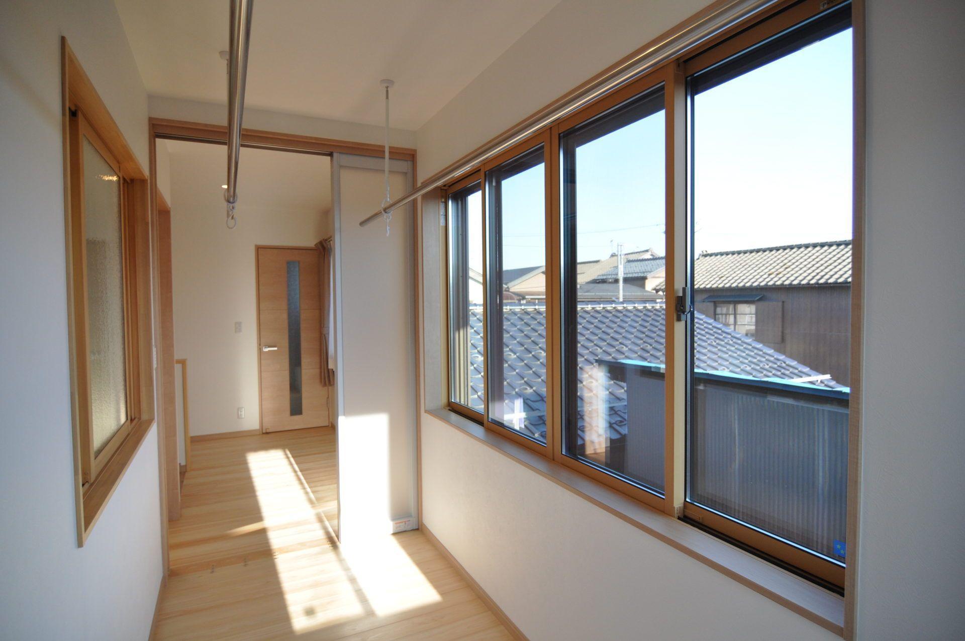 有限会社 市川建築店 1級建築士事務所「三条市 T様邸」のシンプル・ナチュラルな廊下の実例写真