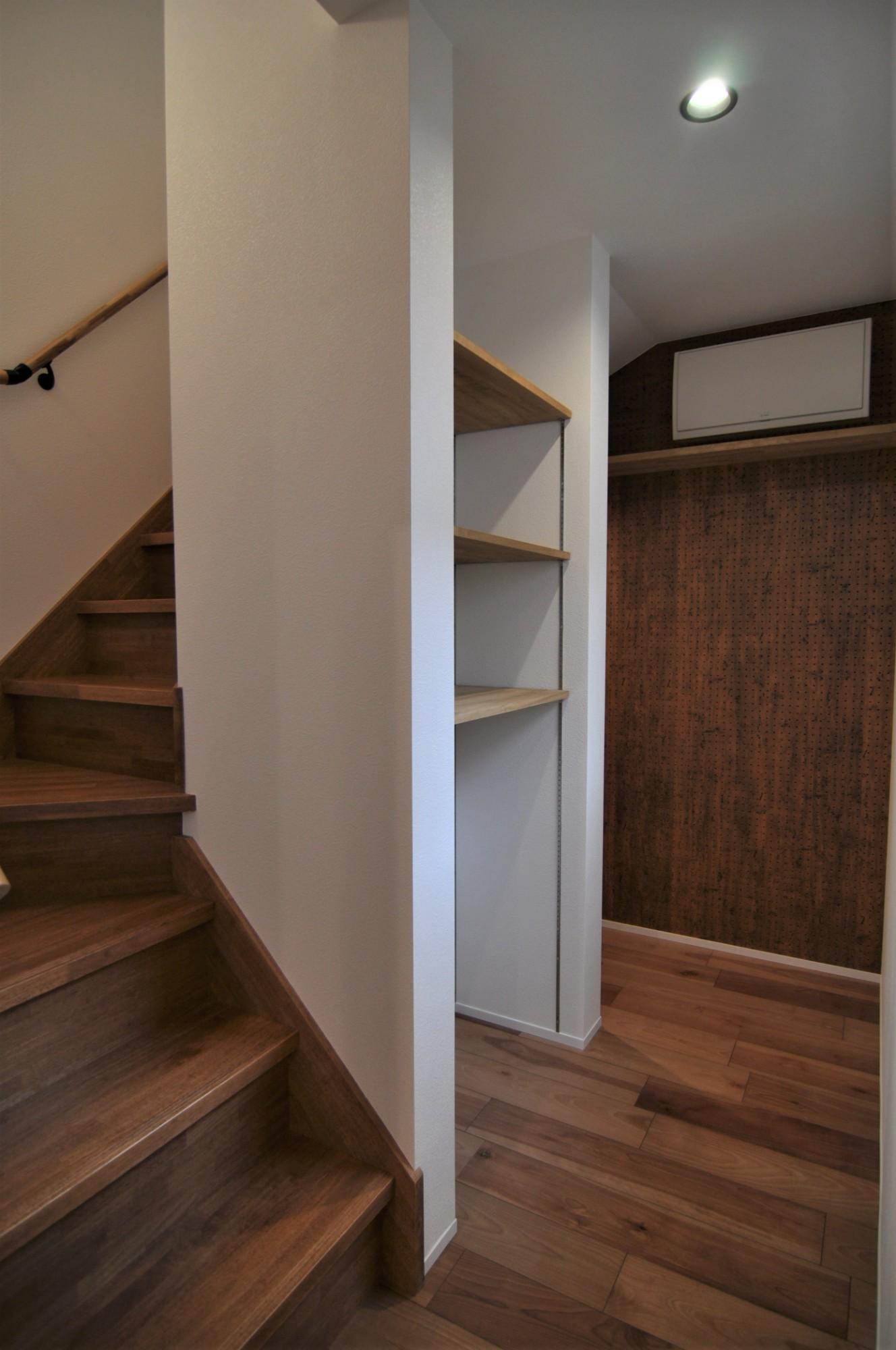 有限会社 市川建築店 1級建築士事務所「収納たっぷりガレージ住宅」のインダストリアル・ブルックリンスタイルな階段の実例写真