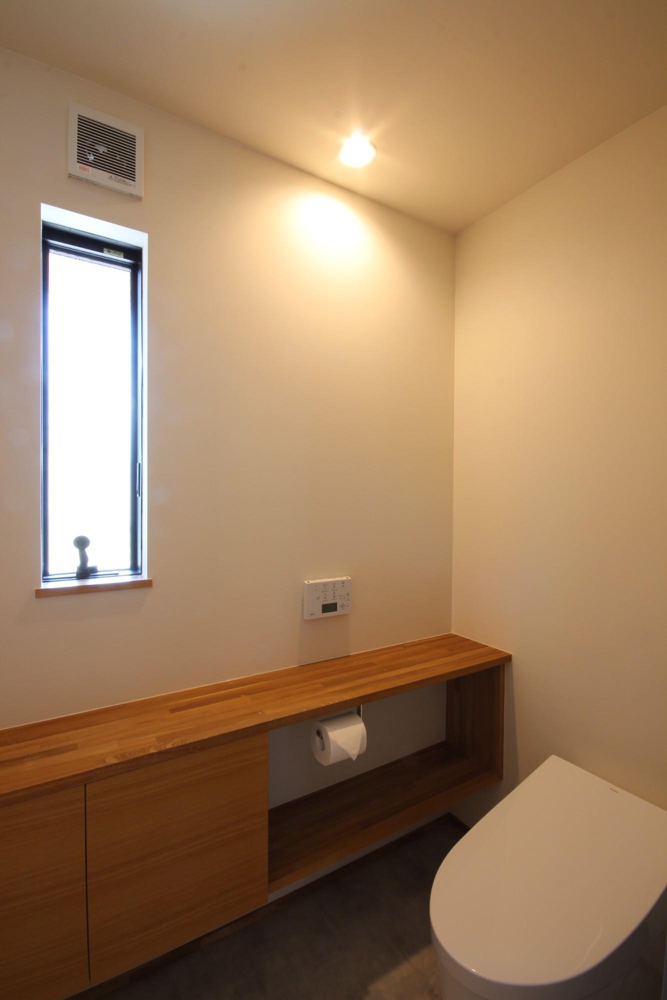 有限会社 市川建築店 1級建築士事務所「オーク床とエッグウォールの調湿住宅(認定低炭素住宅)」のシンプル・ナチュラルなトイレの実例写真
