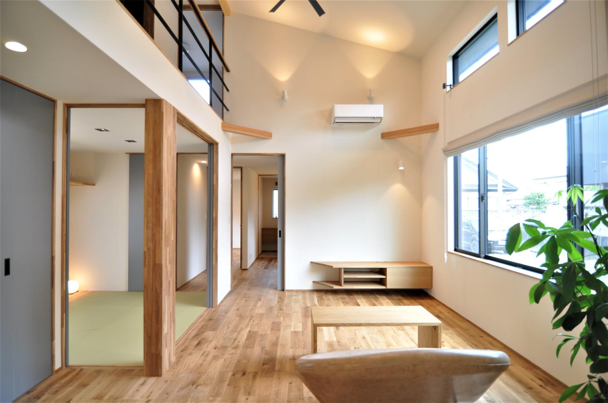 有限会社 市川建築店 1級建築士事務所「オーク床とエッグウォールの調湿住宅(認定低炭素住宅)」のシンプル・ナチュラルなリビング・ダイニングの実例写真