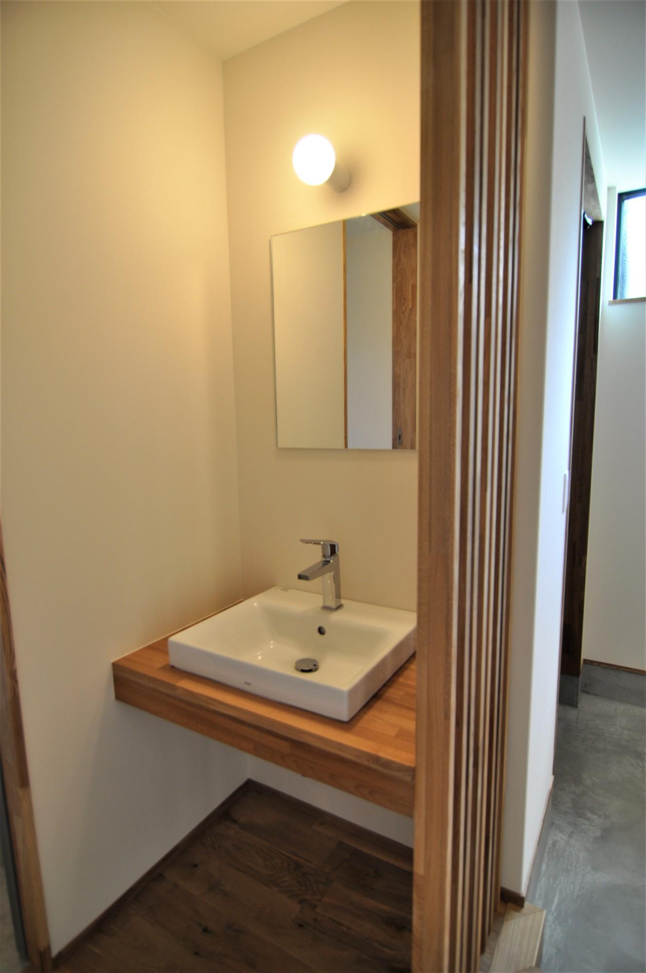 有限会社 市川建築店 1級建築士事務所「オーク床とエッグウォールの調湿住宅(認定低炭素住宅)」の自然素材な玄関の実例写真