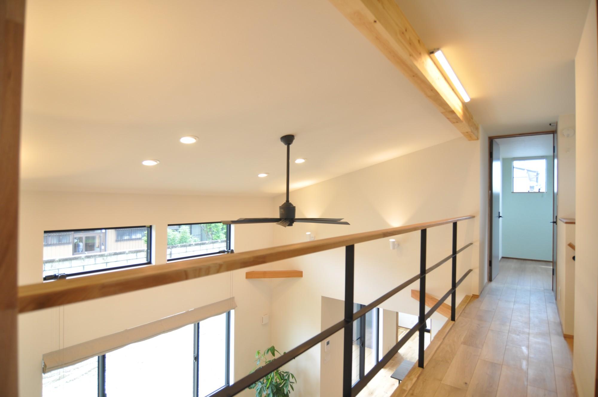 有限会社 市川建築店 1級建築士事務所「オーク床とエッグウォールの調湿住宅(認定低炭素住宅)」のシンプル・ナチュラルなロフト・中二階の実例写真