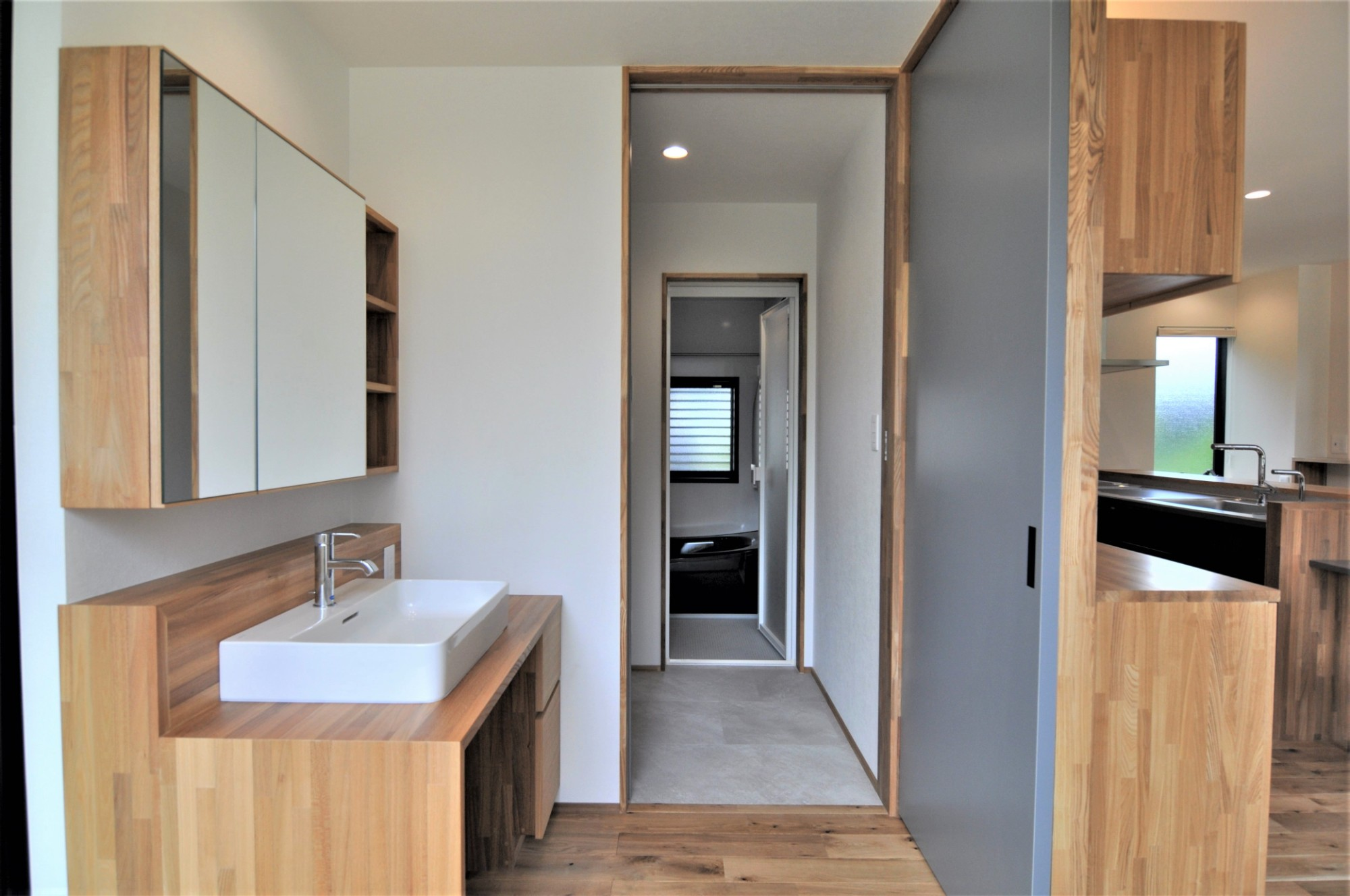 有限会社 市川建築店 1級建築士事務所「オーク床とエッグウォールの調湿住宅(認定低炭素住宅)」の自然素材な洗面所・脱衣所の実例写真