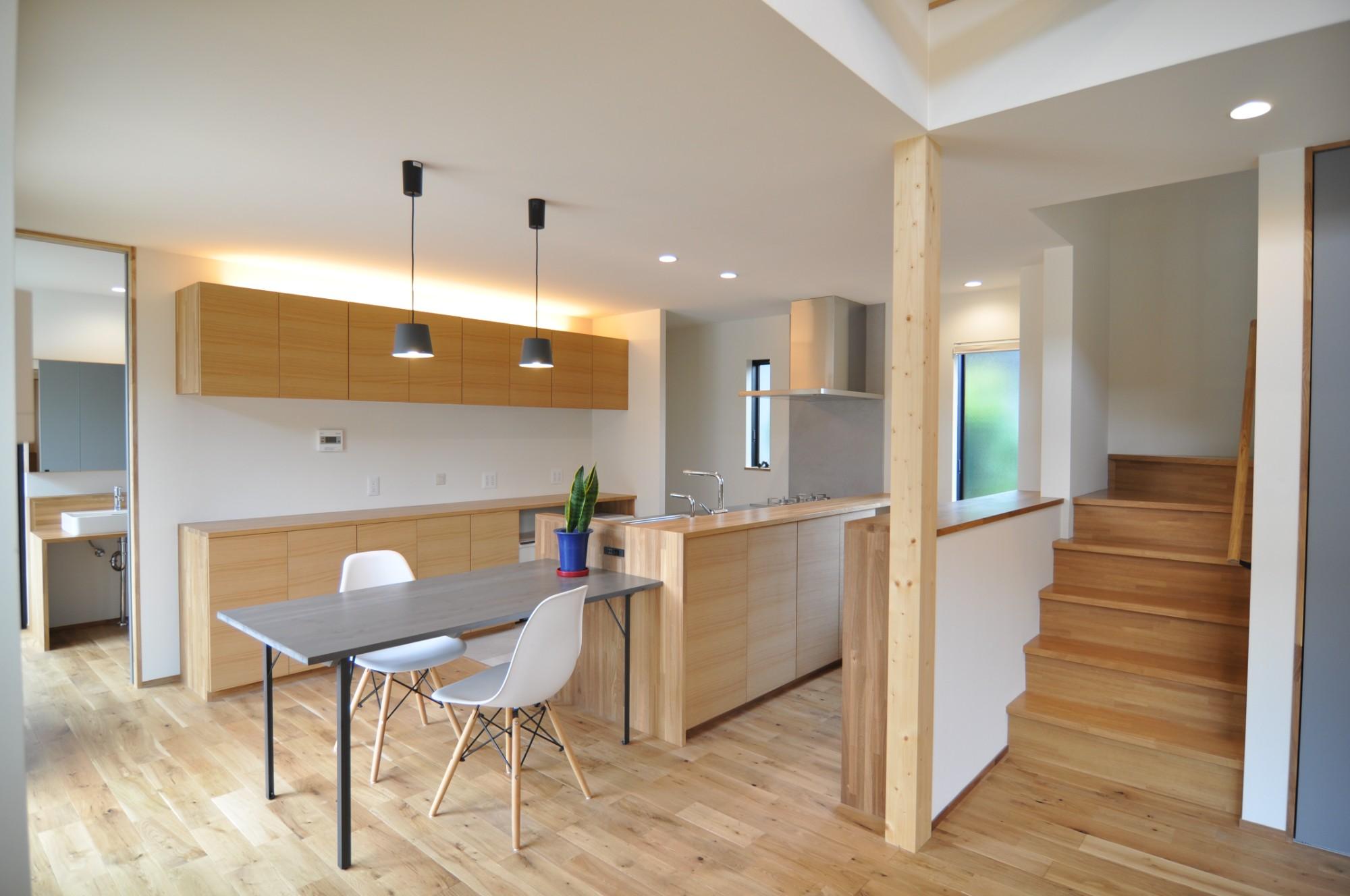 有限会社 市川建築店 1級建築士事務所「オーク床とエッグウォールの調湿住宅(認定低炭素住宅)」のシンプル・ナチュラルなキッチンの実例写真