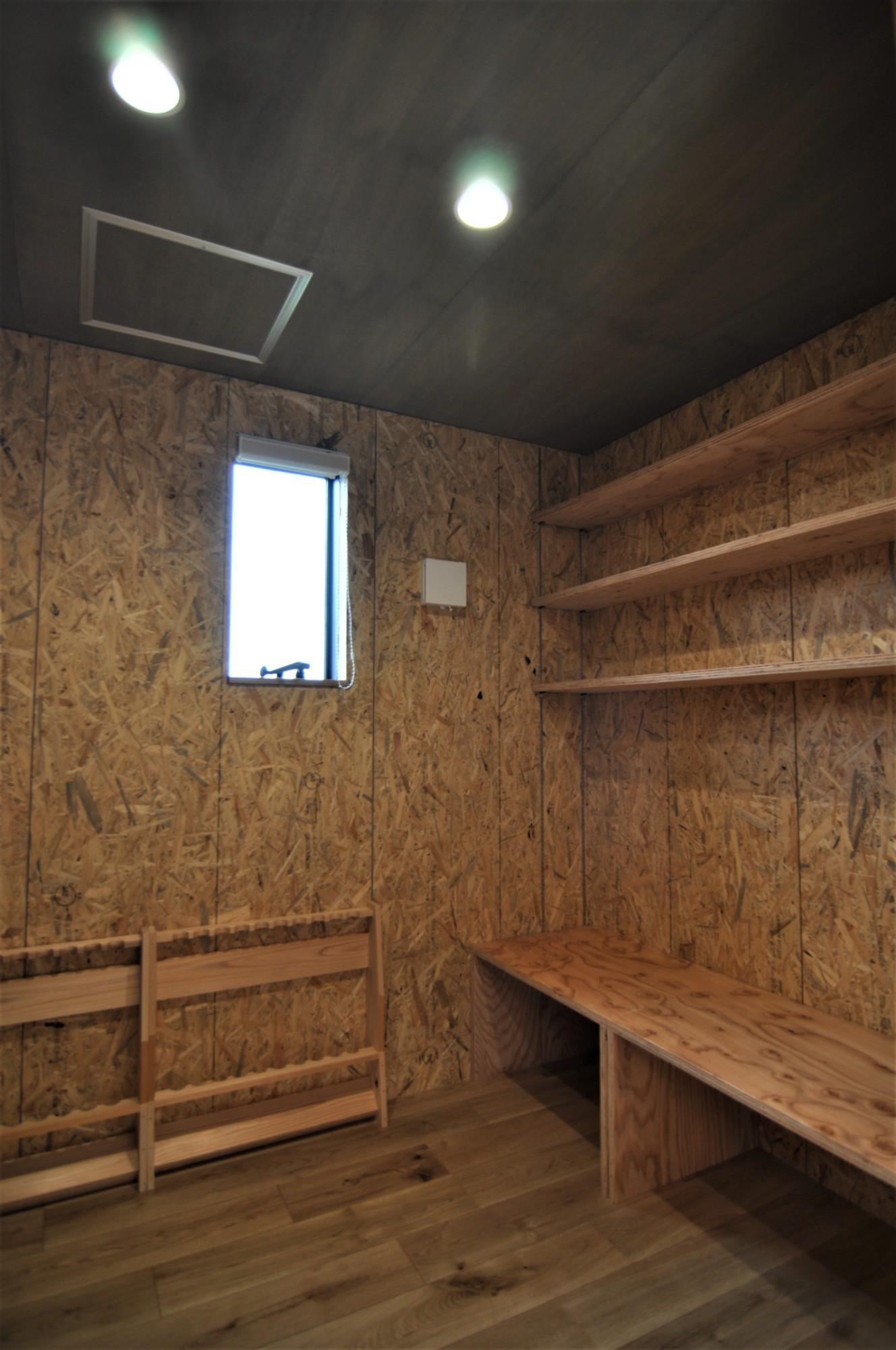 有限会社 市川建築店 1級建築士事務所「オーク床とエッグウォールの調湿住宅(認定低炭素住宅)」のインダストリアル・ブルックリンスタイルな居室の実例写真