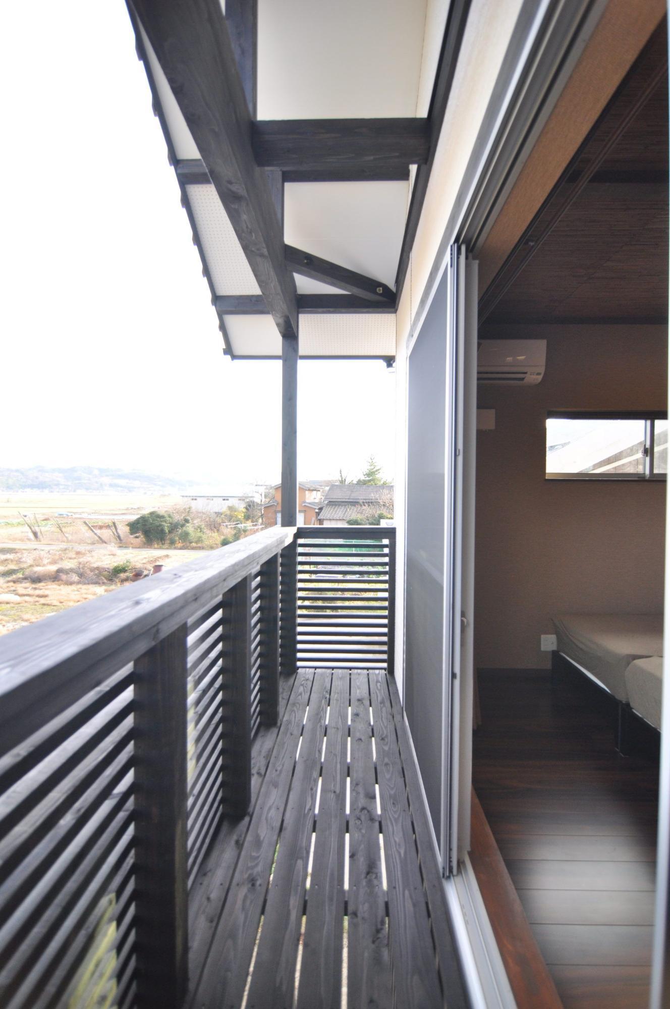 有限会社 市川建築店 1級建築士事務所「三条市 I様邸」のシンプル・ナチュラル・モダンなベランダ・バルコニーの実例写真