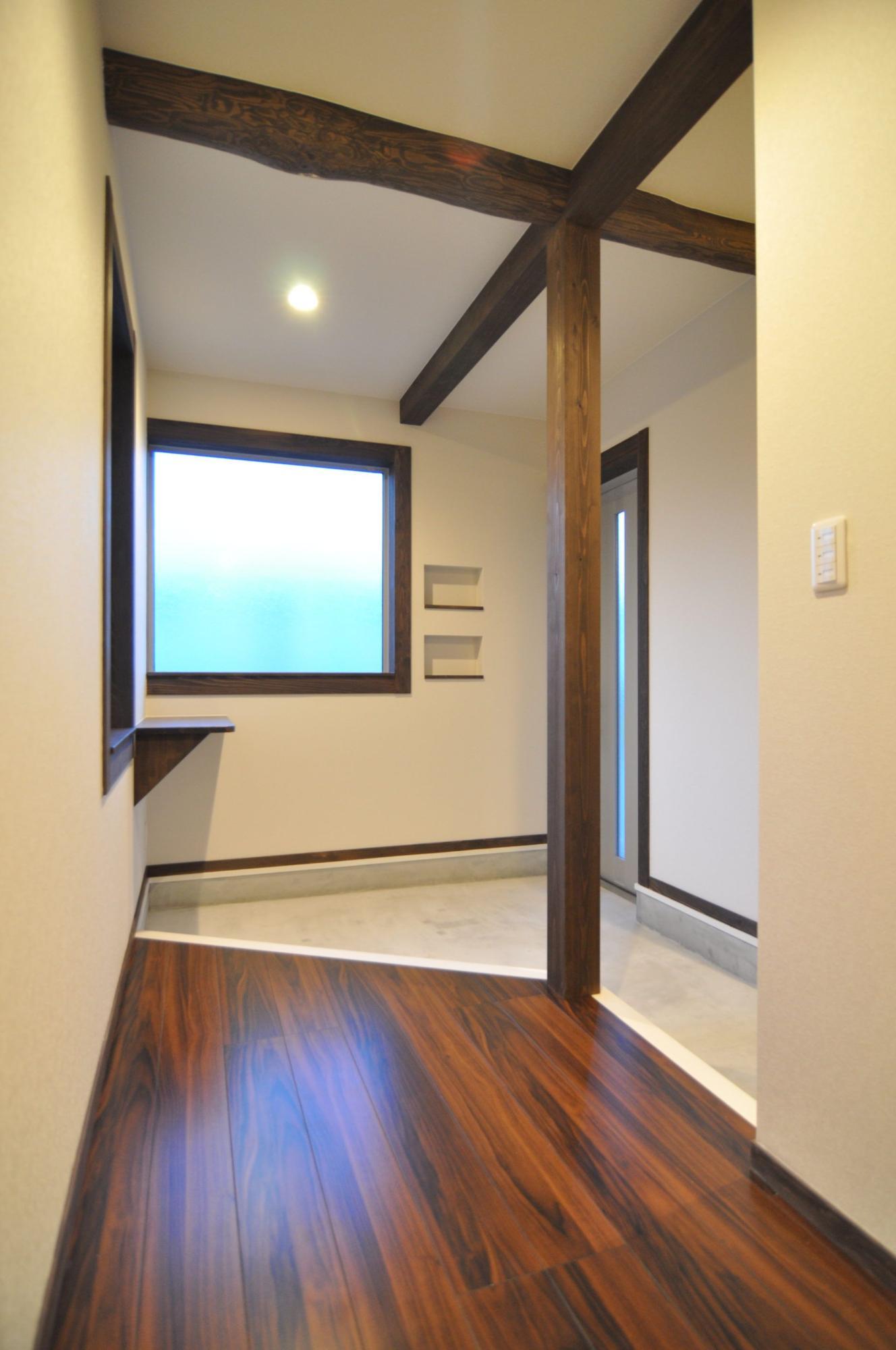 有限会社 市川建築店 1級建築士事務所「三条市 I様邸」のシンプル・ナチュラル・モダン・和風・和モダンな玄関の実例写真