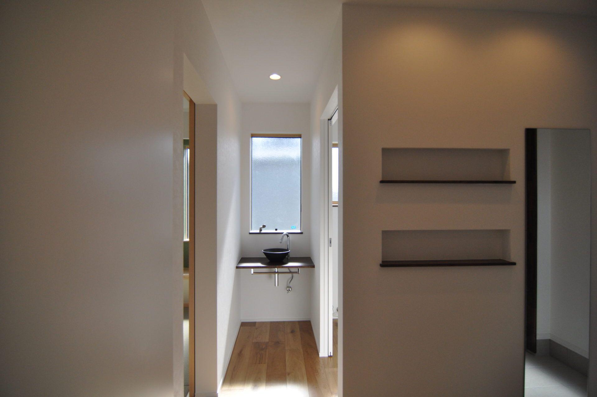 有限会社 市川建築店 1級建築士事務所「加茂市 Y様邸」のシンプル・ナチュラル・モダンな廊下の実例写真