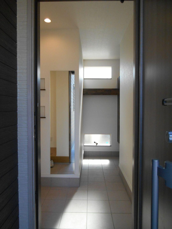 有限会社 市川建築店 1級建築士事務所「加茂市 Y様邸」のシンプル・ナチュラル・モダンな玄関の実例写真