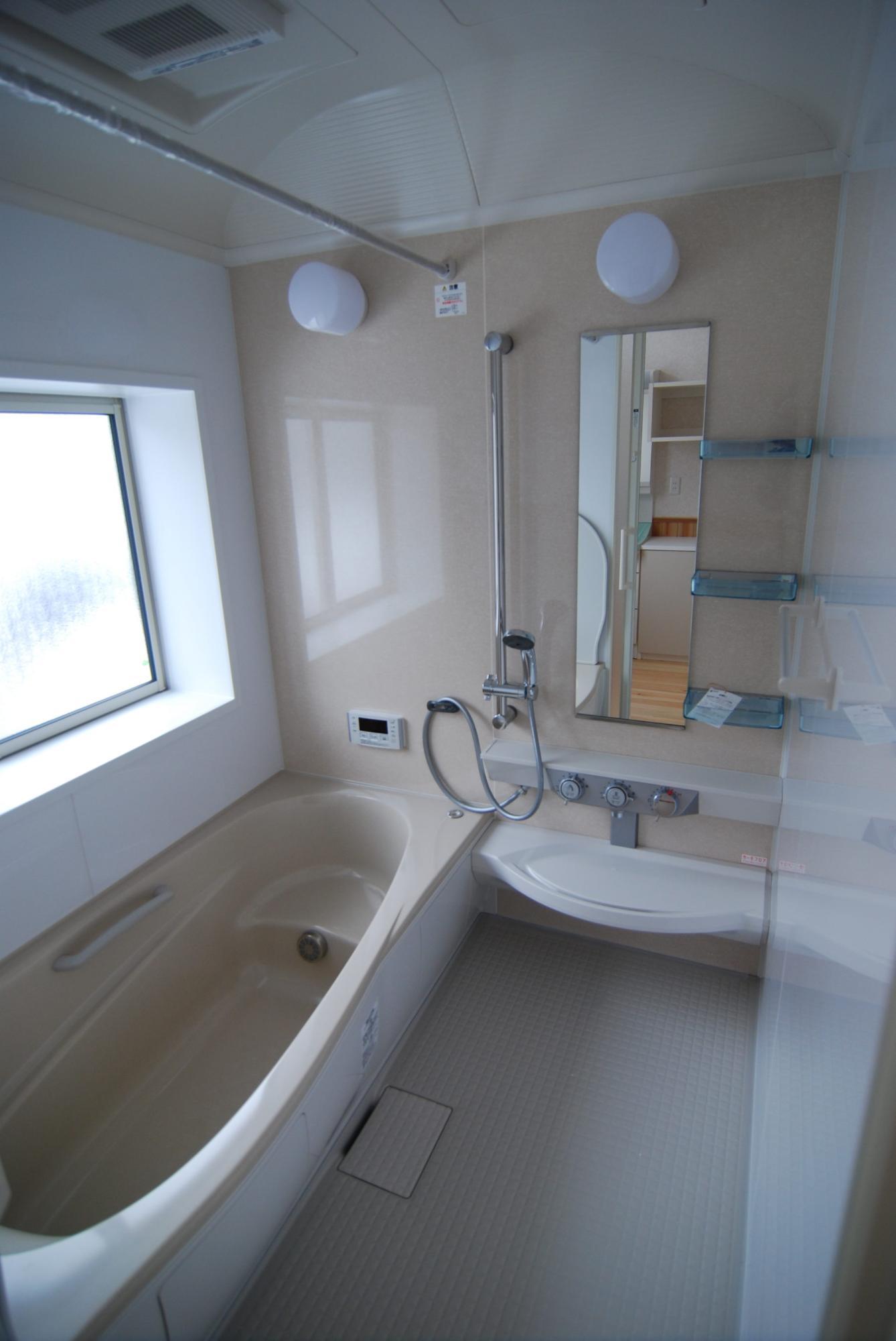 有限会社 市川建築店 1級建築士事務所「三条市 H様邸」のシンプル・ナチュラルな風呂・浴室の実例写真
