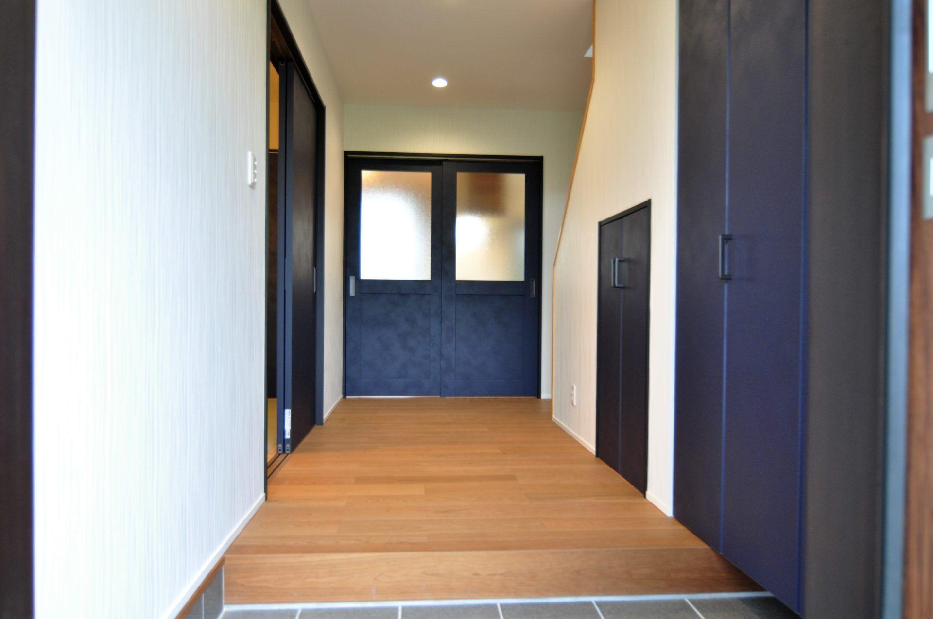 有限会社 市川建築店 1級建築士事務所「三条市 O様邸」のシンプル・ナチュラル・モダンな玄関の実例写真
