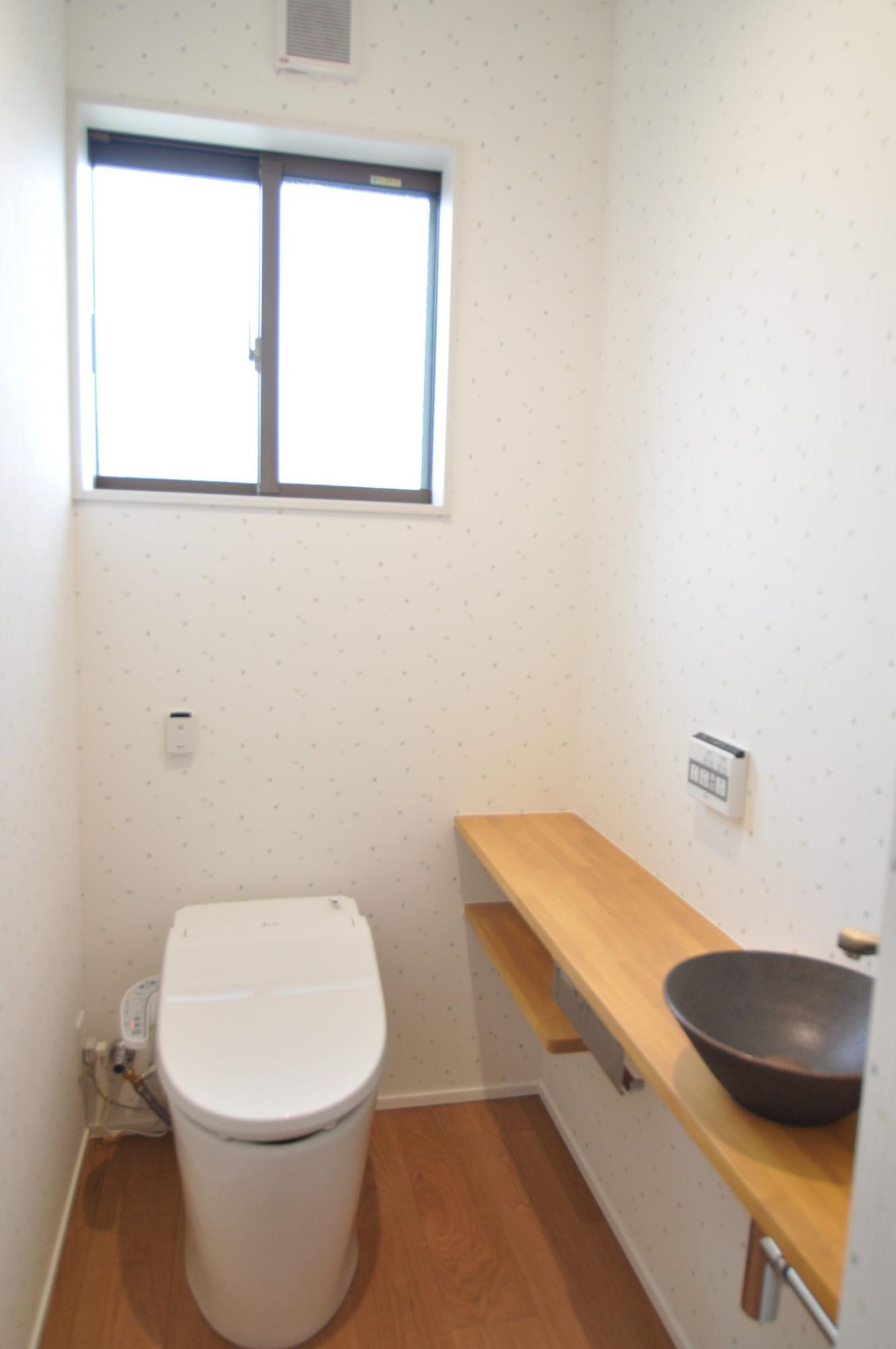 有限会社 市川建築店 1級建築士事務所「三条市 O様邸」のシンプル・ナチュラルなトイレの実例写真