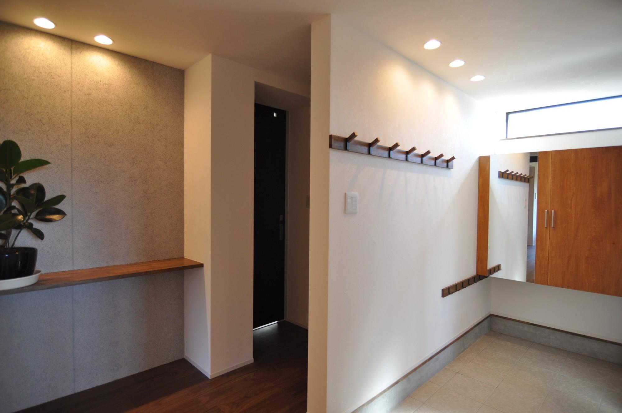 有限会社 市川建築店 1級建築士事務所「三条市 O様邸」のモダンな玄関の実例写真