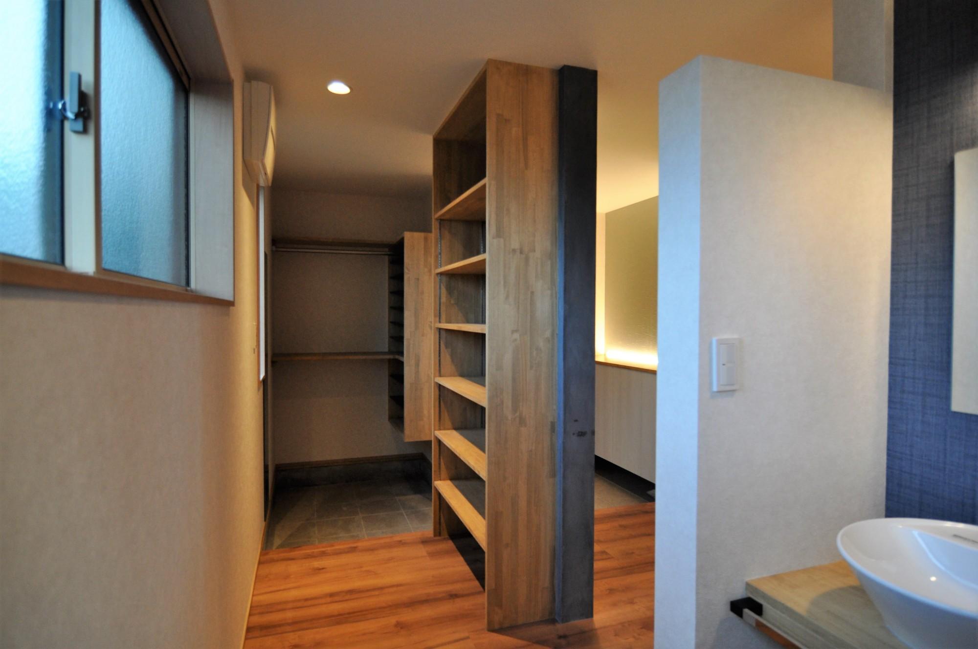 有限会社 市川建築店 1級建築士事務所「インドア+アウトドア」のシンプル・ナチュラルな収納スペースの実例写真