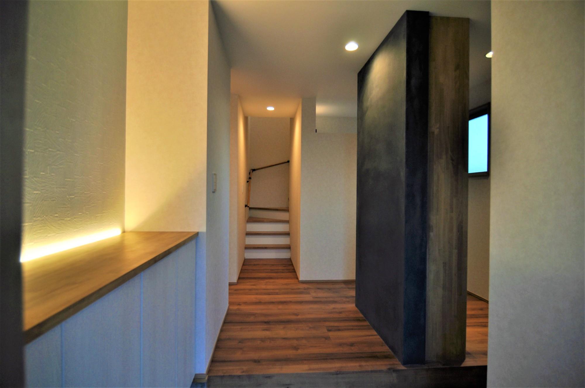 有限会社 市川建築店 1級建築士事務所「インドア+アウトドア」のシンプル・ナチュラルな玄関の実例写真
