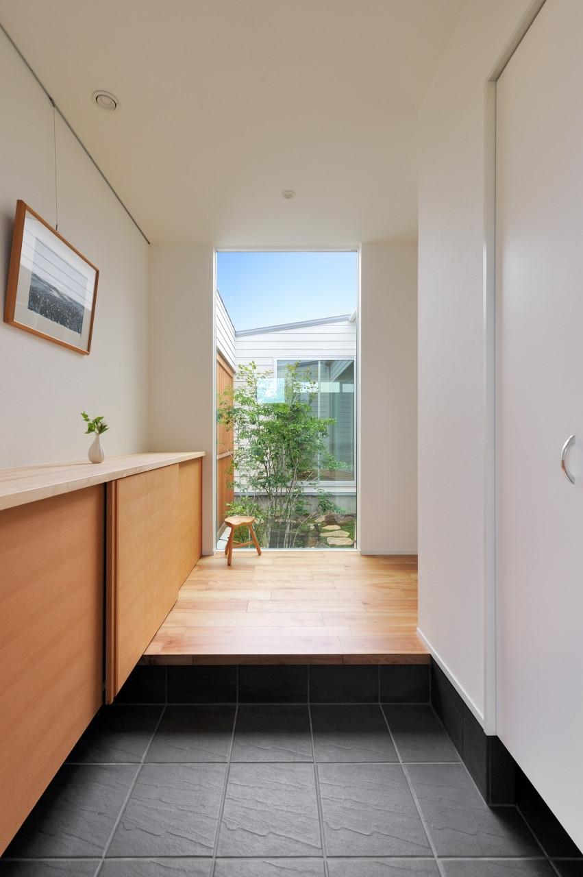 株式会社高田建築事務所「 緑を眺める平屋「白いハコの家」」のシンプル・ナチュラルな玄関の実例写真