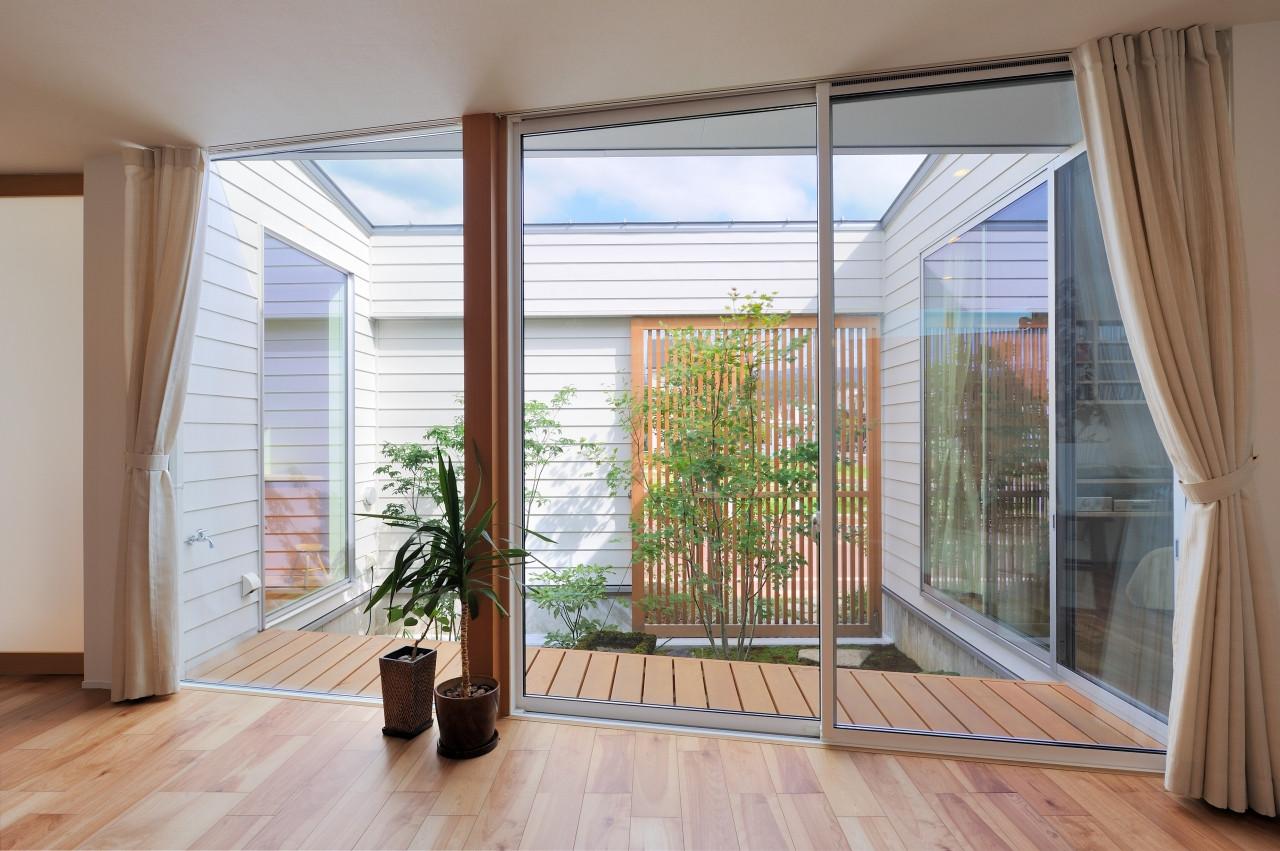 株式会社高田建築事務所「 緑を眺める平屋「白いハコの家」」のシンプル・ナチュラルな庭・デッキ・縁側の実例写真