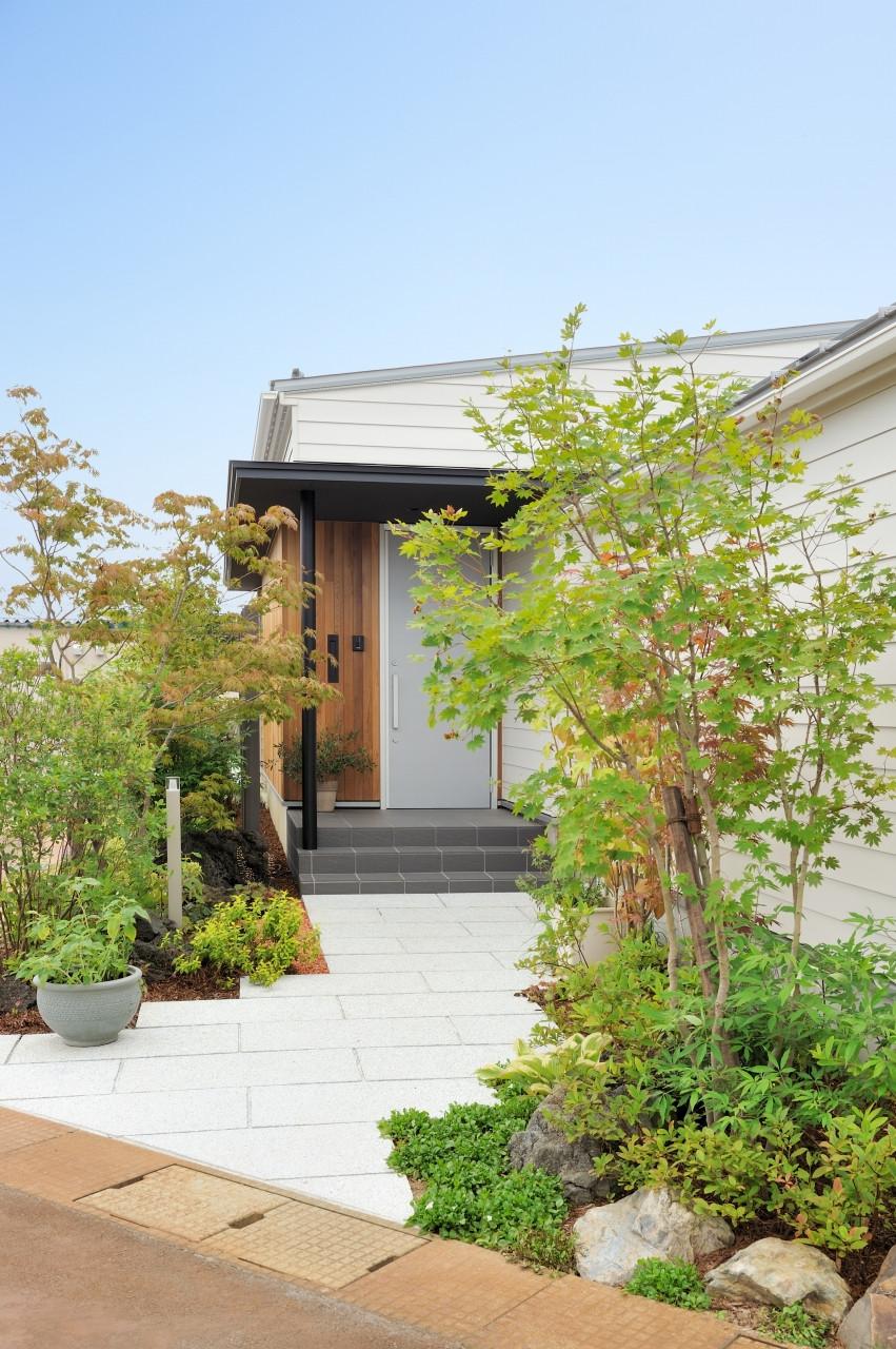 株式会社高田建築事務所「 緑を眺める平屋「白いハコの家」」のシンプル・ナチュラルな外観の実例写真