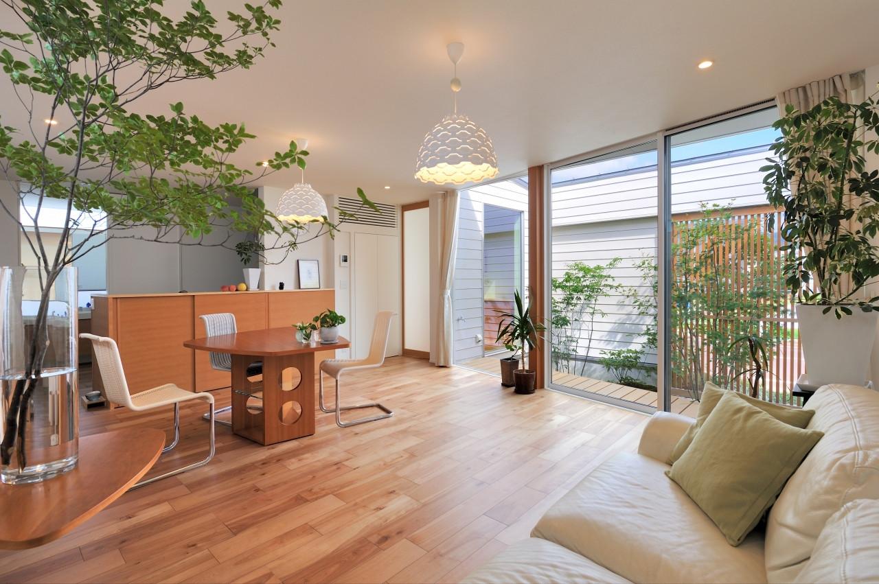 株式会社高田建築事務所「 緑を眺める平屋「白いハコの家」」のシンプル・ナチュラルなリビング・ダイニングの実例写真