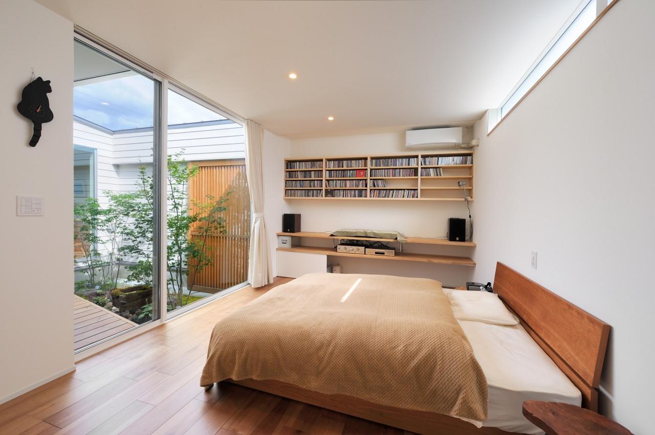株式会社高田建築事務所「 緑を眺める平屋「白いハコの家」」のシンプル・ナチュラルな居室の実例写真